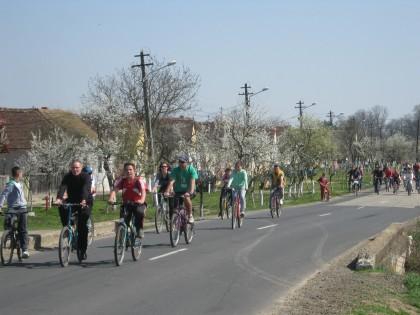 """Două sute de tineri din Lipova şi Zăbrani au pedalat în cadrul acţiunii """"Verde pentru biciclişti"""" (FOTO)"""