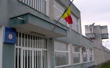 Medicul, acuzat că a luat mită pentru a pensiona angajaţi de la Penitenciarul Arad, a fost trimis în judecată