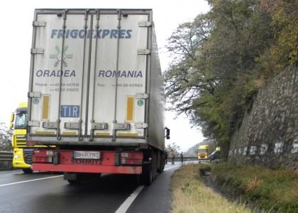 VIDEO REVOLTĂTOR/ Un şofer de TIR loveşte CU INTENȚIE o maşină care încerca să îl depăşească