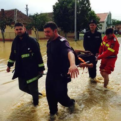 Zeci de angajaţi ai ISU Arad au fost detaşaţi în zonele afectate de inundaţii (GALERIE FOTO)