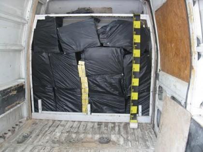 Mii de pachete de ţigări de contrabandă, confiscate la Ineu