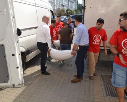 """Ajutoarele strânse de PSD Arad în cadrul campaniei """"Sunt acolo, lângă tine!"""" au fost trimise în judeţul Gorj"""