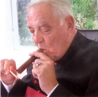Vaticanul CUMPĂRĂ lunar 500 de pachete de ţigări! Ce alte BENEFICII au prelații!