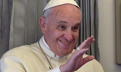 """Papa Francisc despre LIBERTATEA DE EXPRESIE: """"Nu poţi să glumeşti pe seama religiei. Dacă prietenul meu îmi înjură mama, primeşte un pumn"""""""