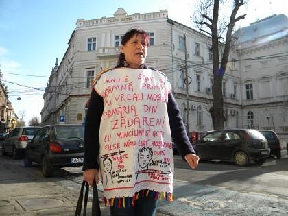 Protest în faţa Tribunalului, împotriva ABUZURILOR administraţiei locale din Zădăreni
