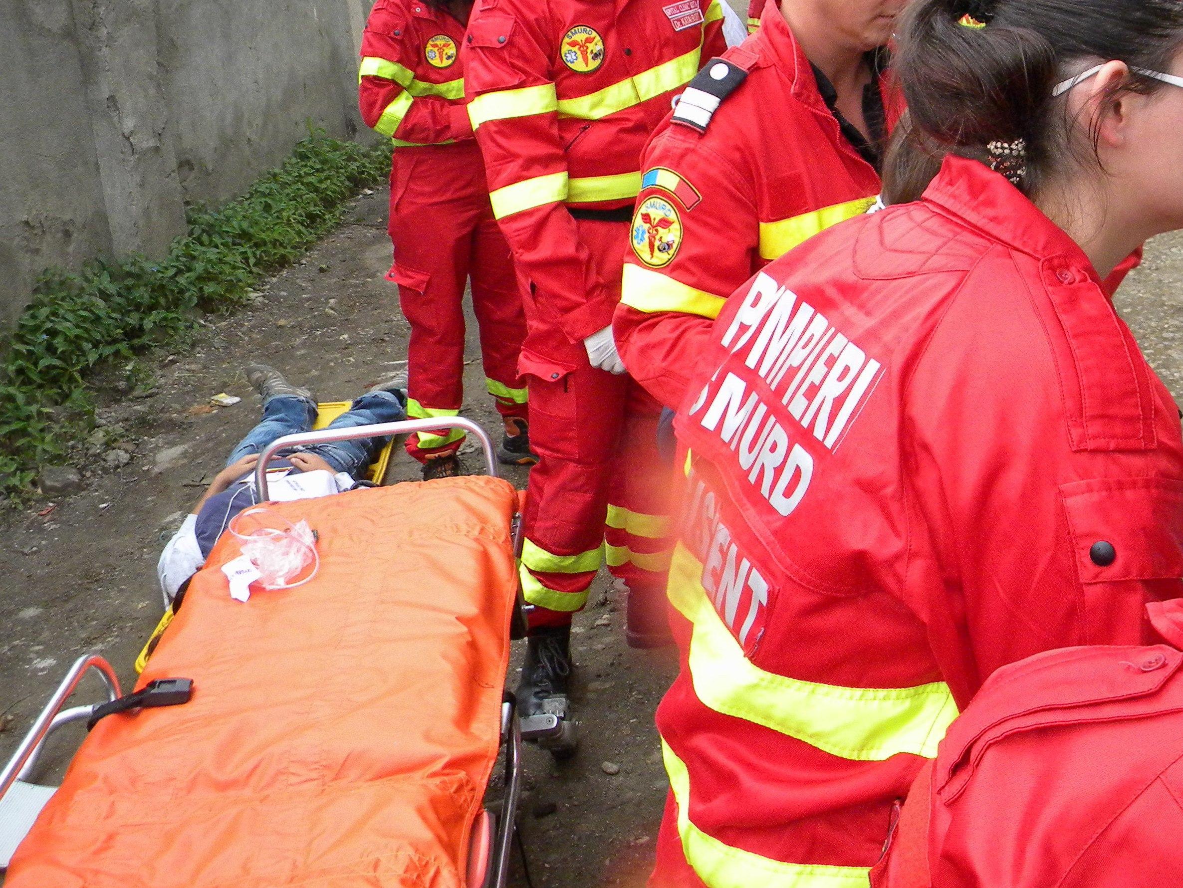 TRAGIC! O fetiță de numai 12 ani A MURIT după ce a CĂZUT dintr-un microbuz