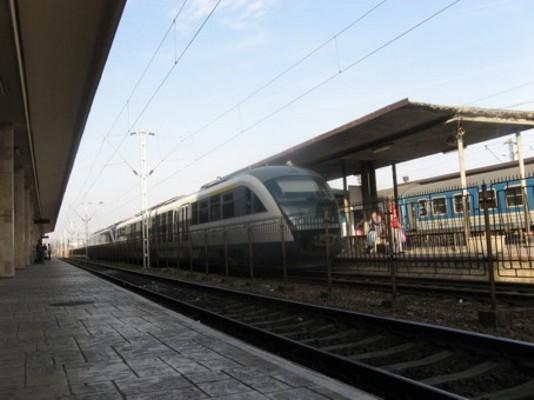 Caz BIZAR în Gara CFR din Arad. Un bărbat a fost găsit RĂNIT între șine