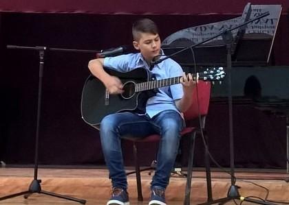 """Tânărul chitarist Felix Alin Bejan a câştigat premiul I la concursul """"Sound of Music"""" de la Oradea"""