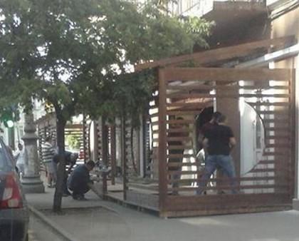 FOTO/ Aradul se transformă în Caracalul vestului: Terasa din mijlocul trotuarului! UPDATE: Era NEAUTORIZATĂ!