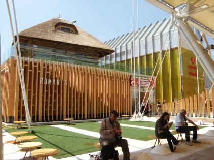 CORESPONDENŢĂ/ În lipsa unei descrieri, conceptul casei cu acoperiș de stuf este dificil de înțeles. Vizită incognito la pavilionul României din Milano