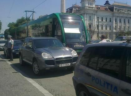 """Un IMPERIO de 1 MILION de EURO s-a """"SPERIAT"""" de un Porsche şi a BLOCAT CIRCULAŢIA tramvaielor în centru oraşului"""