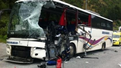 ACCIDENT GRAV: Un autocar cu 48 de ROMÂNI s-a izbit de parapet, pe AUTOSTRADĂ