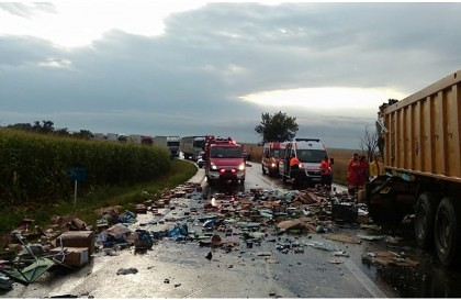PRĂPĂD pe DN 7: ACCIDENT între un TIR şi un autocamion, la Pecica (FOTO + VIDEO)