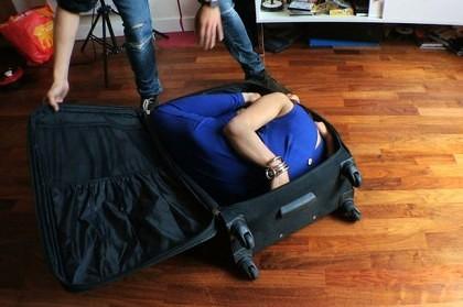 femeie in valiza