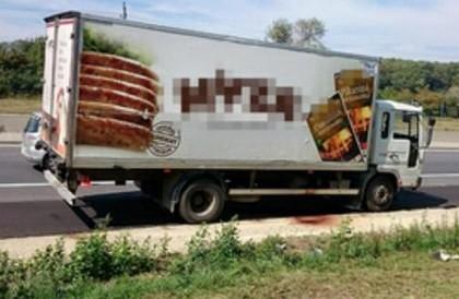 Europa e în STARE DE ŞOC! Zeci de imigranţi MORŢI într-un TIR condus de un ROMÂN. Cinci CĂLĂUZE din România, ARESTATE în AUSTRIA