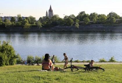 Polițiștii au rămas MUȚI DE UIMIRE! Peste 100.000 de dolari, GĂSIȚI plutind pe Dunăre. UNDE AJUNG BANII!