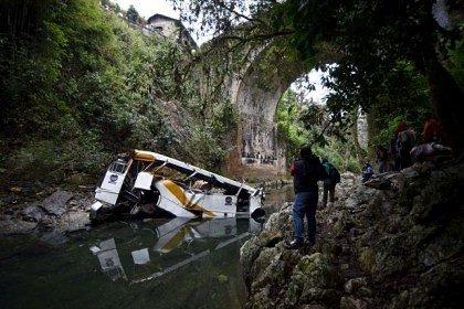 Media workers film the wreckage of a bus which ran off a highway bridge in Atoyac in Veracruz state, Mexico, January 10, 2016. REUTERS/Yahir Ceballos/Files