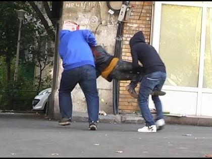 ŞOCANT/ Femeie RĂPITĂ pe stradă, în plină zi. Cum au reacţionat trecătorii?
