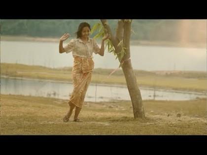VIDEO/ Femeia care stă NON-STOP lângă un copac! Motivul este TULBURĂTOR!