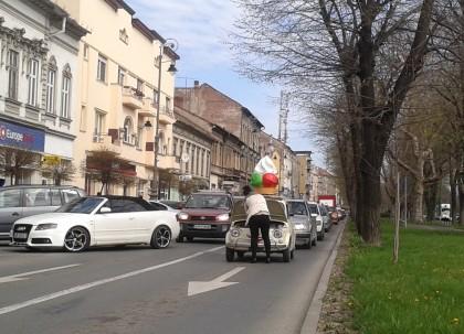 """Trafic BLOCAT în centrul Aradului! Unei mașini i-a """"înghețat"""" motorul"""