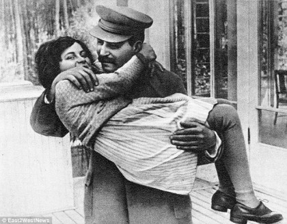 Cum arată acum NEPOATA lui Stalin! Bunicul ei S-AR RĂSUCI ÎN MORMÂNT dacă ar vedea-o! (GALERIE FOTO)