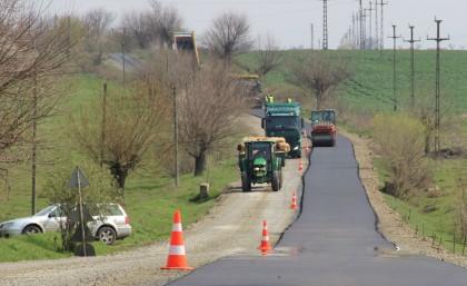 În sfârşit! Se LUCREAZĂ INTENS la drumul Arad – Felnac (FOTO)