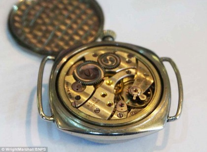 A făcut curățenie în CASA TATĂLUI SĂU și A GĂSIT un ceas. L-a luat și a mers să vadă dacă mai funcționează. Ce a aflat I-A SCHIMBAT VIAȚA!