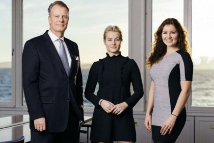 Billionaire-Alexandra-Andresen-with-her-father-and-sister