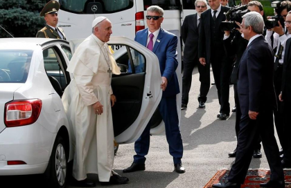 MOMENT ISTORIC: Papa Francisc vizitează România