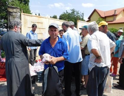Pachete cu alimente pentru persoane defavorizate
