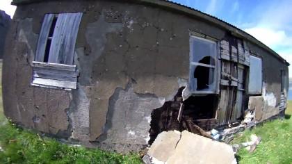 A găsit o CASĂ ABANDONATĂ în munți. Ce i-a apărut la fereastră când s-a apropiat de ea…. (VIDEO)