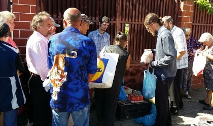 Pachete cu alimente pentru familii defavorizate din județul Arad