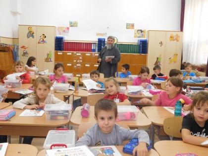 """Arhiepiscopia Aradului a dăruit copiilor cartea """"Sărbătorile copilăriei"""""""