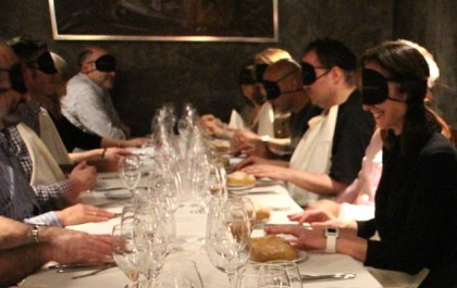 Mănâncă și dialoghează pe nevăzute: Află unde poți trăi experiența unei cine pe întuneric!