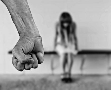 Caz ȘOCANT. Un român și-a UCIS soția, apoi s-a SINUCIS în fața COPILULUI
