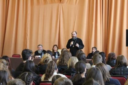 Părintele Constantin Necula și tinerii arădeni