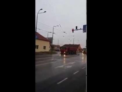 VIDEO/ Cum sunt DISTRUSE străzile Aradului: Camioanele BĂIEŢILOR DEŞTEPŢI transportă cu noaptea-n cap
