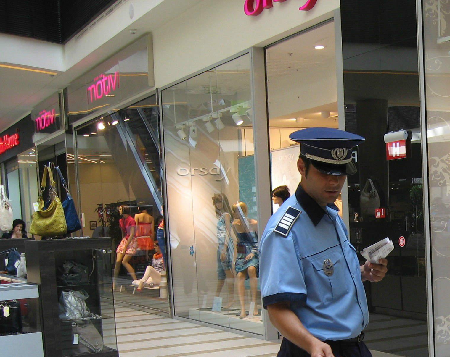 Îmbrăcăminte şi încălțăminte, FURATE de la Atrium Mall! Autorii au fost PRINŞI
