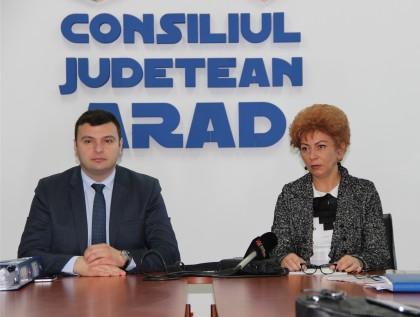 Autorităţile rezolvă problema mizeriei de pe drumurile judeţene: Cine le reabilitează va face şi curat!
