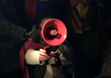 Video/ Cerere în CĂSĂTORIE în mijlocul PROTESTELOR din Piaţa Victoriei