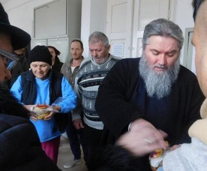 """Hrană caldă pentru persoanele defavorizate de la """"Adăpostul de noapte"""" din Arad"""
