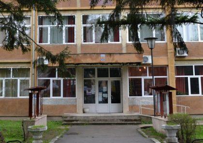Anchetă sanitară la o școală din Ineu, unde zeci de elevi s-au îmbolnăvit