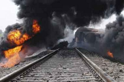 TRAGEDIE/ Cel puţin 33 de MORŢI după ce un tren a deraiat şi a luat foc