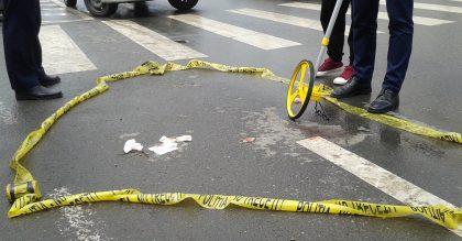 TRAGIC! O mașină a LOVIT MORTAL o femeie care traversa REGULAMENTAR strada