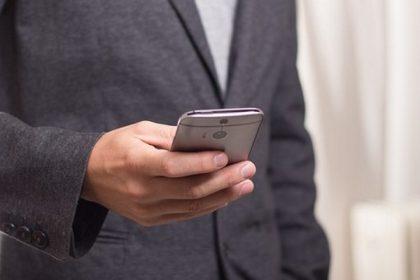Nu poți lăsa telefonul din mână? Ești dependent de tehnologie? Cum îți afectează gândirea și relațiile cu cei din jur