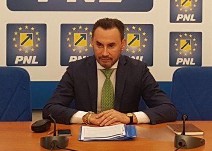 """Europarlamentarul liberal Gheorghe Falcă şi-a """"tras"""" consilieră de la PSD"""