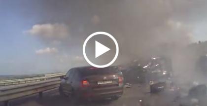 VIDEO/ Accident ÎNGROZITOR pe AUTOSTRADĂ. Un TIR a lovit peste 30 de mașini (IMAGINI SPECTACULOASE)