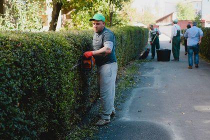 """""""Curăţenia de toamnă"""" a ajuns în cartierul Aurel Vlaicu (GALERIE FOTO)"""