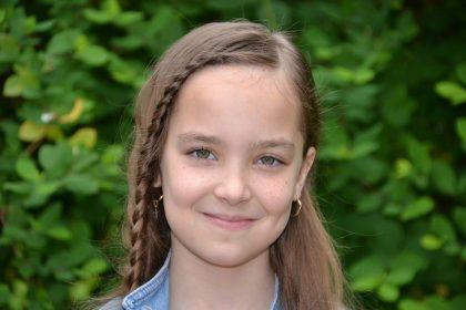 Iasmina Slăv, un tânăr talent al Şcolii Populare de Arte Arad. La numai 11 ani a câștigat numeroase premii la concursuri de muzică