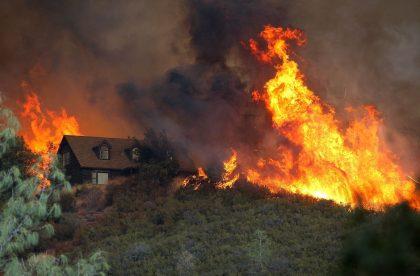 După URAGANELE devastatoare, INCENDIILE fac PRĂPĂD în SUA! Bilanțul dezastrului: 10 MORȚI și sute de răniți